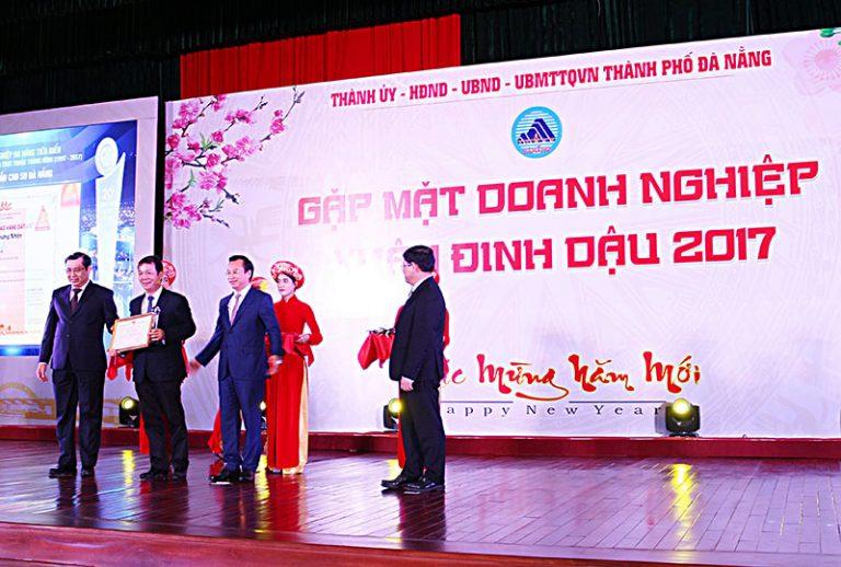 """DRC là 1 trong 20 doanh nghiệp nhận giải thưởng """"Doanh nghiệp Đà Nẵng tiêu biểu"""" của UBND Thành phố Đà Nẵng (12/2/2017)"""